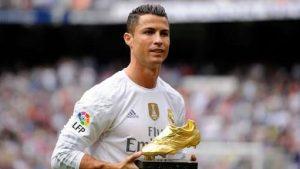 Ronaldo saat mendapat Golden Boot.
