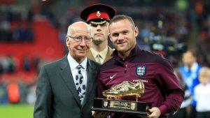 9 September 2016 - Momen bersejarah. Sir Bobby Charlton memberikan sepatu emas kepada Rooney.