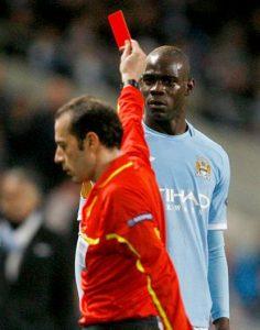 Bos Manchester City saat itu (Roberto Mancini) sempat kewalahan menangani aksi liar Balotelli.