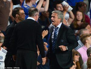 Jose Mourinho bersitegang dengan Paul Lambert di Stamford Bridge saat memimpin Chelsea melawan Aston Villa, Agustus 2013.