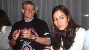 Klinsmann dan istri (Debbie Chen) mantan model yang berdarah Asia.